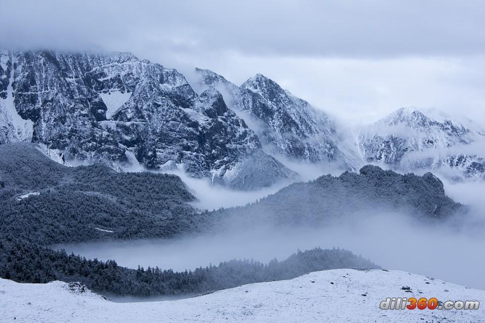 九顶山风景区,位于四川盆地西北边缘的龙门山脉